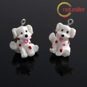 Výprodej - Bílý pes s červenými flíčky - plastový přívěsek 25x18x18mm
