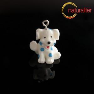 Výprodej - Bílý pes s modrými flíčky - plastový přívěsek 25x18x18mm